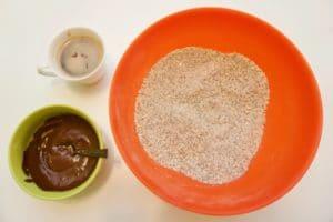 Pomiješati kekse sa orasima i šećerom, pripremiti i čokoladu i kakako
