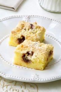 Jednostavni kolač sa sirom, grisom i slatkim mrvicama