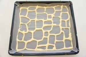 Napraviti špricom mrežu na papiru za pečenju i kratko zapeći