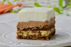 Ohlađeni Micin kolač rezati na kocke i poslužiti.