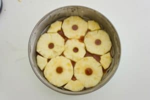 Složiti preko karamela ananas
