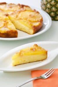 Preokrenuti kolač od ananasa sasirom