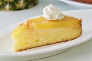 Poslužiti preokrenuti kolač od ananasa sa sirom