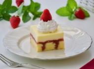 Rupičasti kolač sa jagodama i pudingom