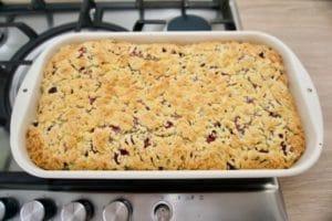 Prhki kolač sa malinama i pudingom