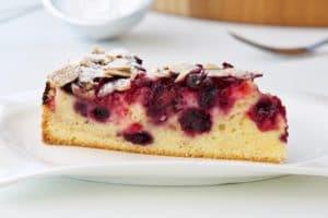 Brzi kolač sa šumskim voćem i bademima