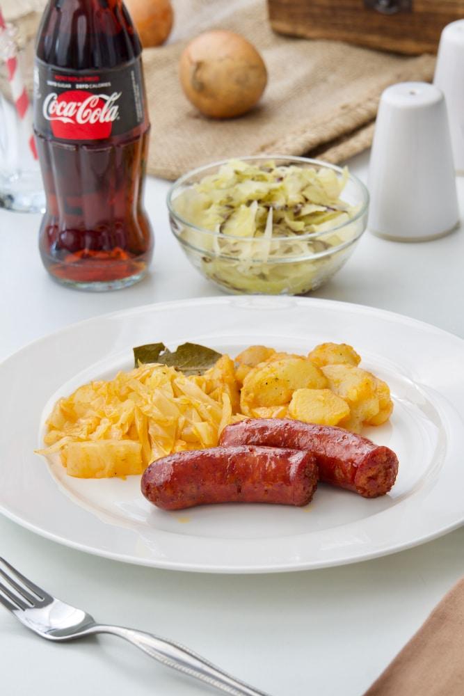 Dinstani kiseli kupus, restani krumpir sa pečenim kobasicama